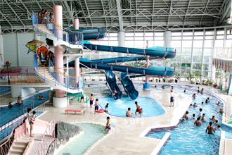 ヘルストピア延岡 流れるプールやウォータースライダーのある温水プール