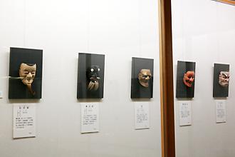 内藤家伝来の能面には、桃山から江戸初期にかけて豊臣秀吉や朝廷から「天下一」の称号を受けた面打ちの作品が数多く含まれています
