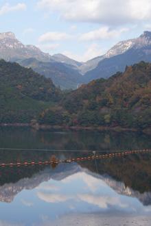 祝子川に映る秋の大崩山