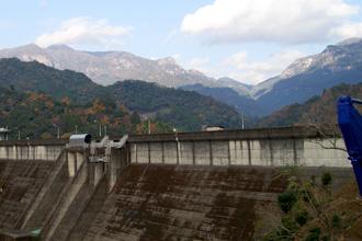 ダムから望む秋の大崩山