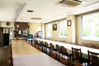 自然休養村センター「清流荘」 食堂 他の施設は浴室、芝生広場