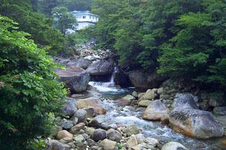 鹿川山荘から渓谷はすぐ見える