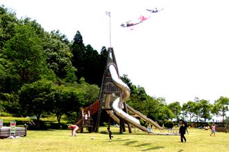 須美江家族旅行村 「ビーチの森すみえ」 施設内にある 大型すべり台 他にローラーすべり台、草そり、ゴーゴーカー、501段の階段