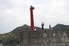 島野浦島で釣りを楽しむ人たち